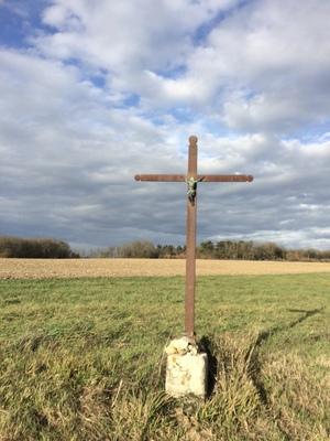 Une croix dans la campagne -- Cliquez pour voir l'image en entier